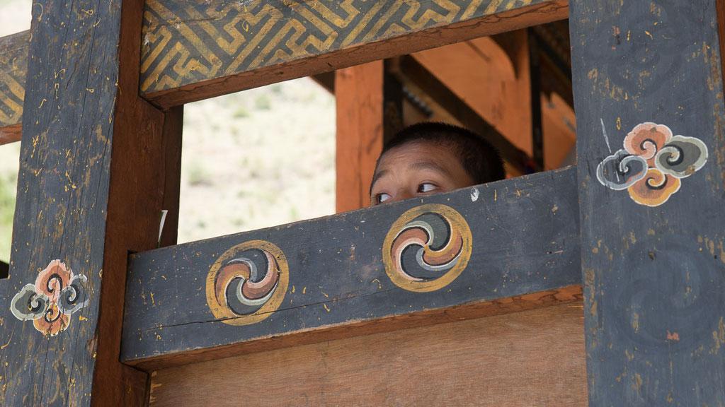 Junger Mönchsnovize im Tempel Gom Kora im Osten von Bhutan