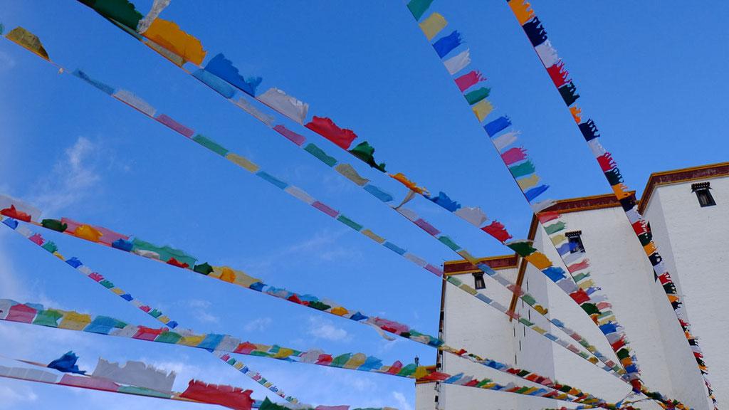 Gebetsfahnen über Shigatse, der zweitgrössten Stadt in Zentraltibet