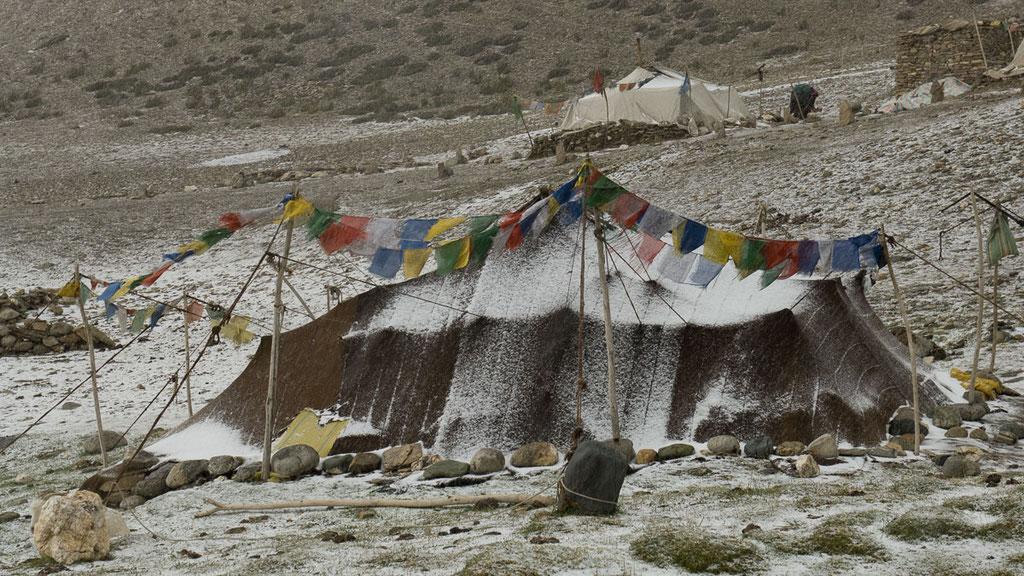 Nomadenzelt aus Yakhaar, auch im kalten Winter das Zuhause der Nomadenfamilien