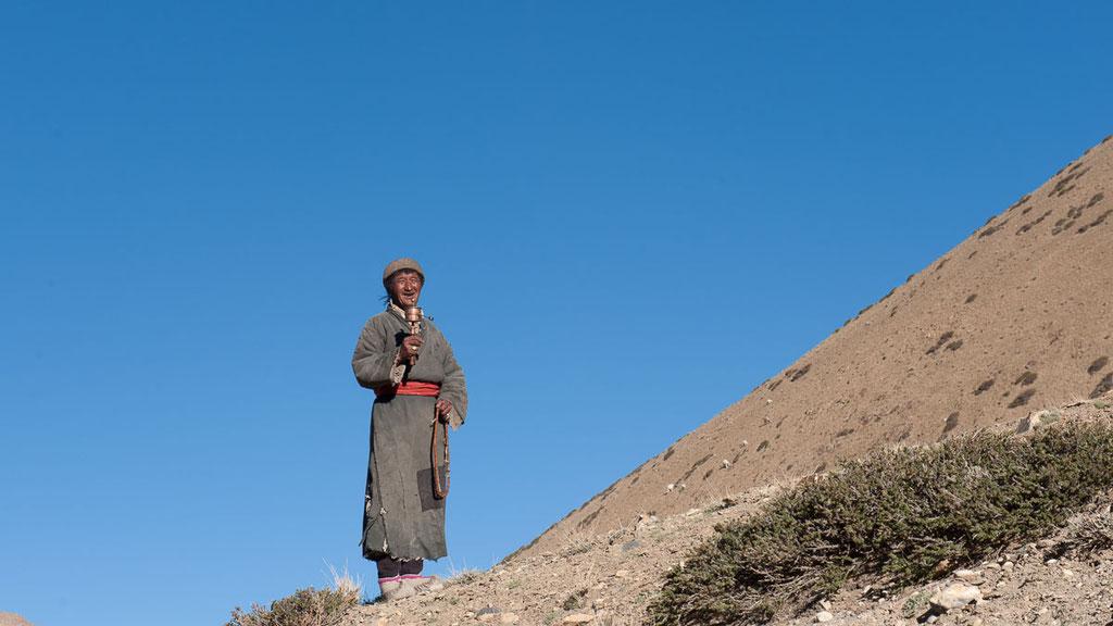 Nomade aus Kharnak mit seiner buddhistischen Gebetsmühle