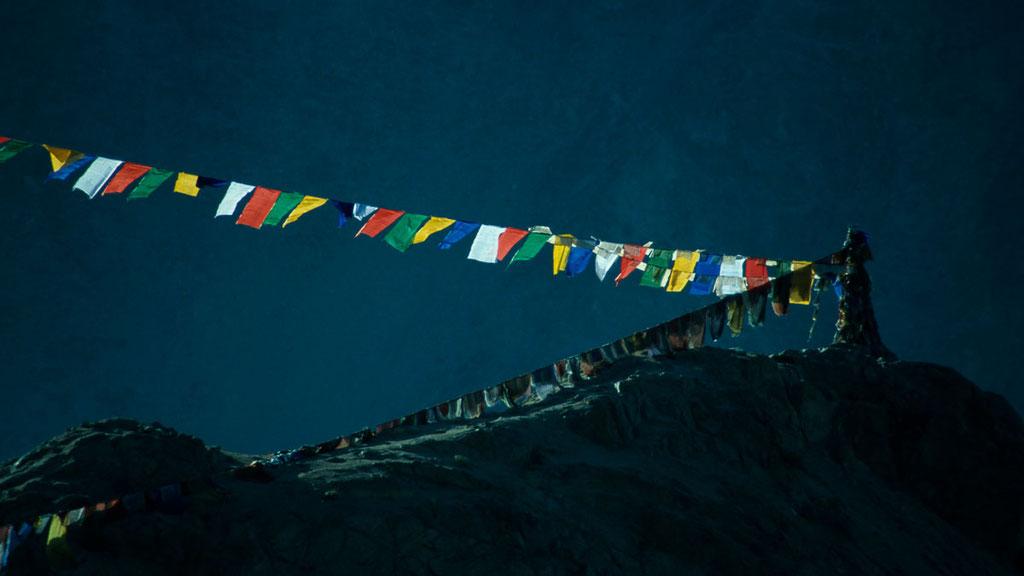 Gebetsfahnen über Leh, dem Hauptort von Ladakh