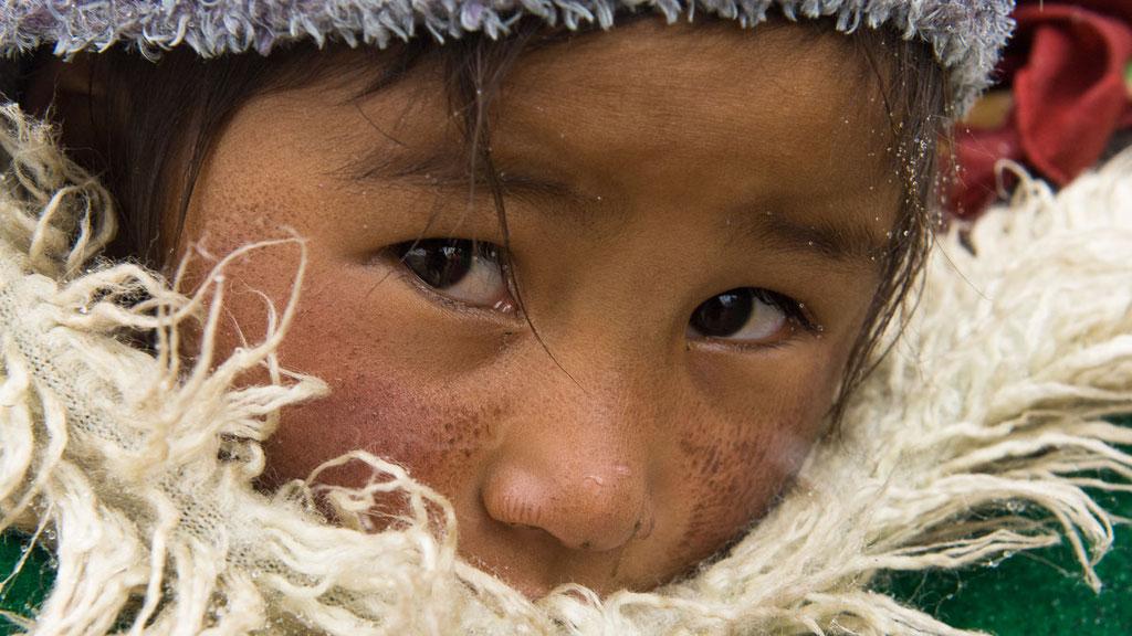Nomadenmädchen dick eingepackt gegen die Kälte von bis -40 Grad