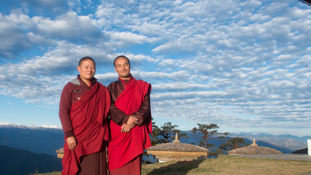 Buddhistische Mönche auf dem Pass Dochula in Bhutan