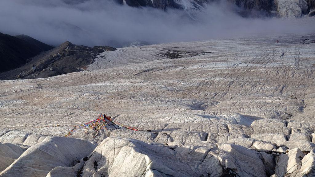 Opfer- und Zeremonienplatz auf dem Gletscher vor dem Amnye Machen