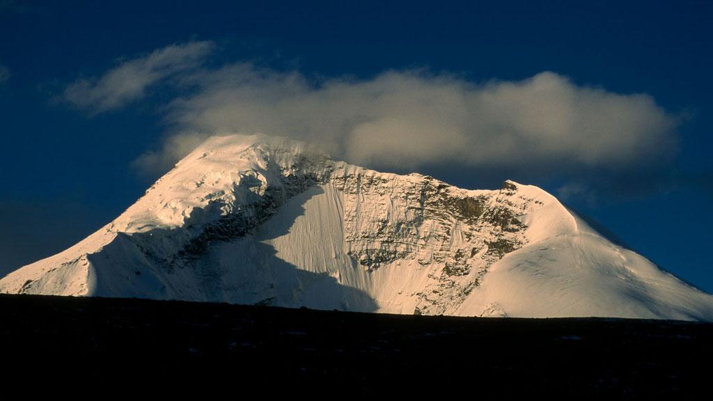 6400 Meter hoher Gipfel des Kangyatze über dem Hochtal von Nimaling