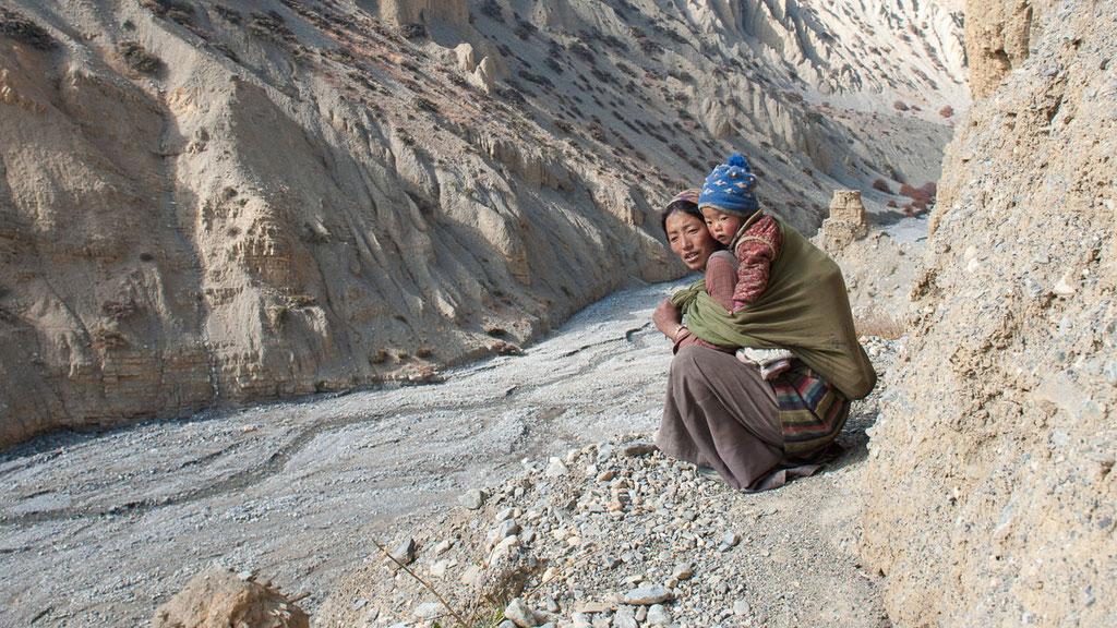 Junge Frau mit Baby aus dem Dorf Yara in Nepal