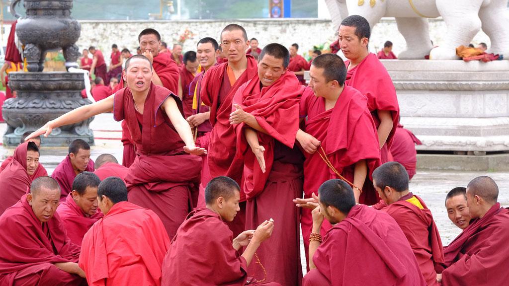 Mönche beim Debattieren im Kloster Sershul in Kham