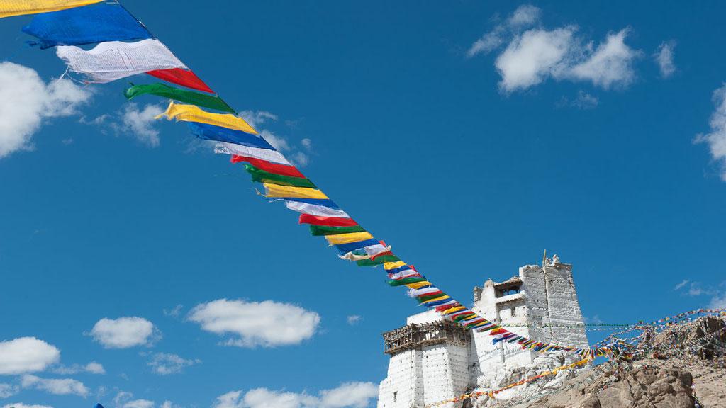 Gebetsfahnen am Tsemo, dem alten Tempel hoch über Leh