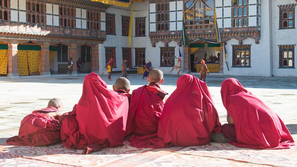 Mönche beim Klosterfest in Mongar