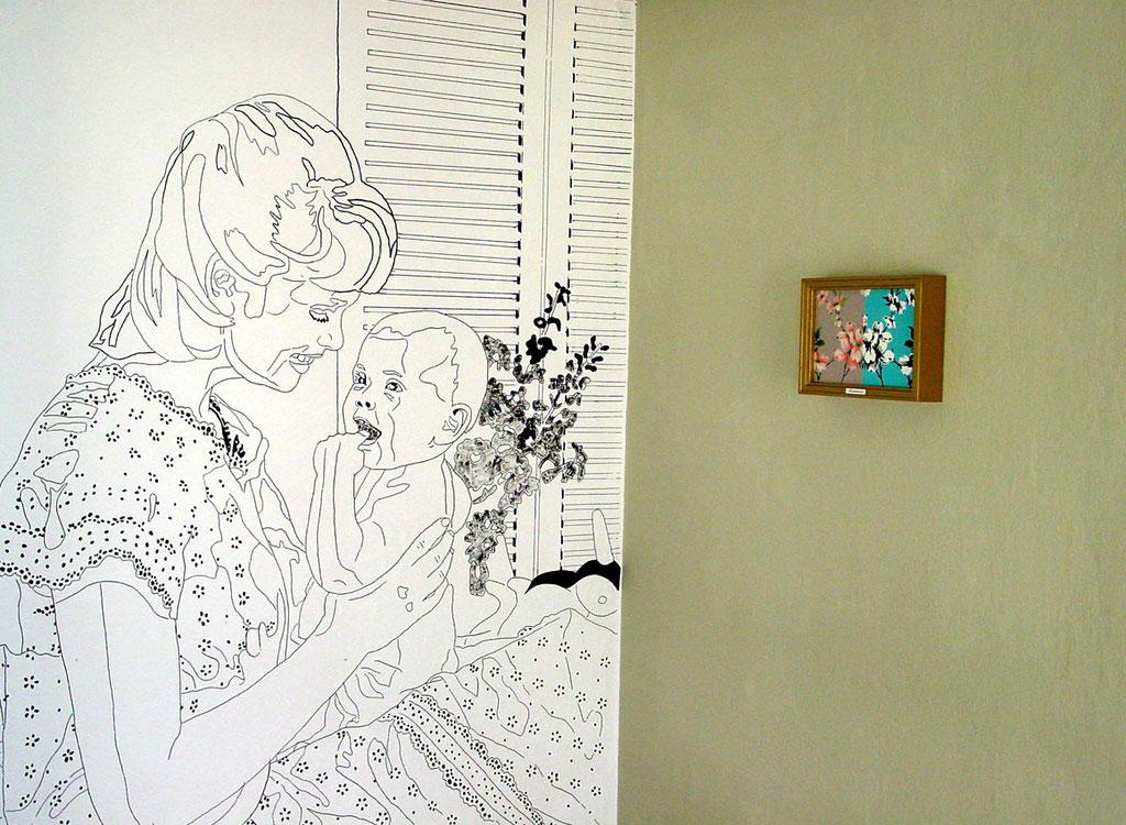 """Wandinstallation """"Harmony house 2"""" (Deitail), 1999: JUNGE MUTTER MIT KIND, Acryl und Edding auf Rauhfaser, Wandfarbe, Lackbild in goldfarbigem Rahmen, Kunststoffschild"""