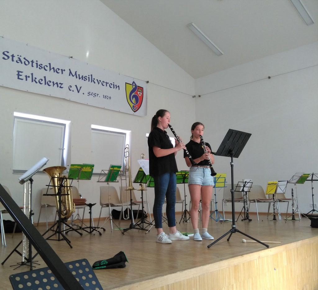 """Städtischer Musikverein Erkelenz - Sarah Kamphausen und Maria Venedey, Klarinette beim """"Best of"""" der Klassenvorspiele 2019 (Foto: Thomas Lindt)"""