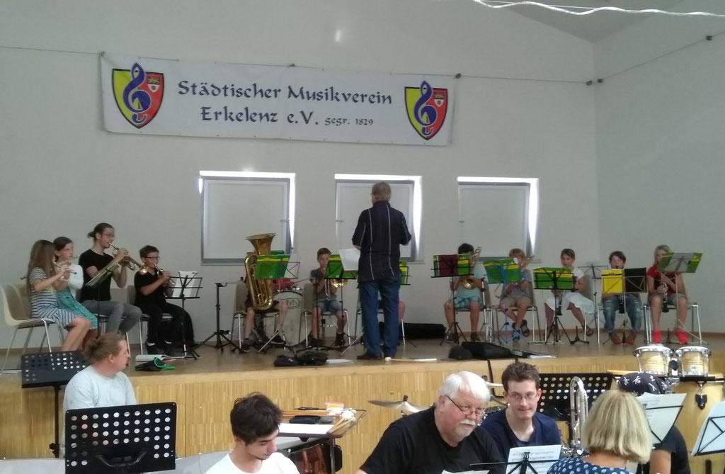 Städtischer Musikverein Erkelenz - Eckhard Klotz dirigiert die Bläserklasse beim Familien- und Mitmachkonzert 2019 (Foto: Thomas Lindt)
