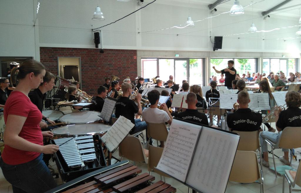 Städtischer Musikverein Erkelenz - Jörg Wilms dirigiert die Junior Band beim Familien- und Mitmachkonzert 2019 (Foto: Thomas Lindt)