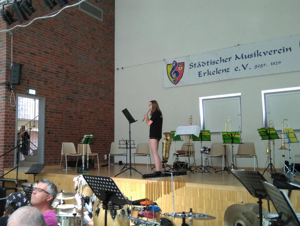 """Städtischer Musikverein Erkelenz - Amy Marschall, Querflöte beim """"Best of"""" der Klassenvorspiele 2019 (Foto: Thomas Lindt)"""