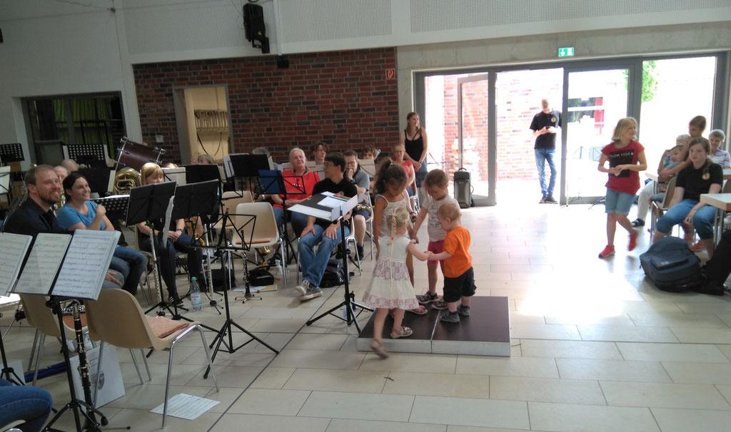 """Städtischer Musikverein Erkelenz - Kinder tanzen zu """"Brüderlein, komm tanz mit mir"""" (Foto: Thomas Lindt)"""