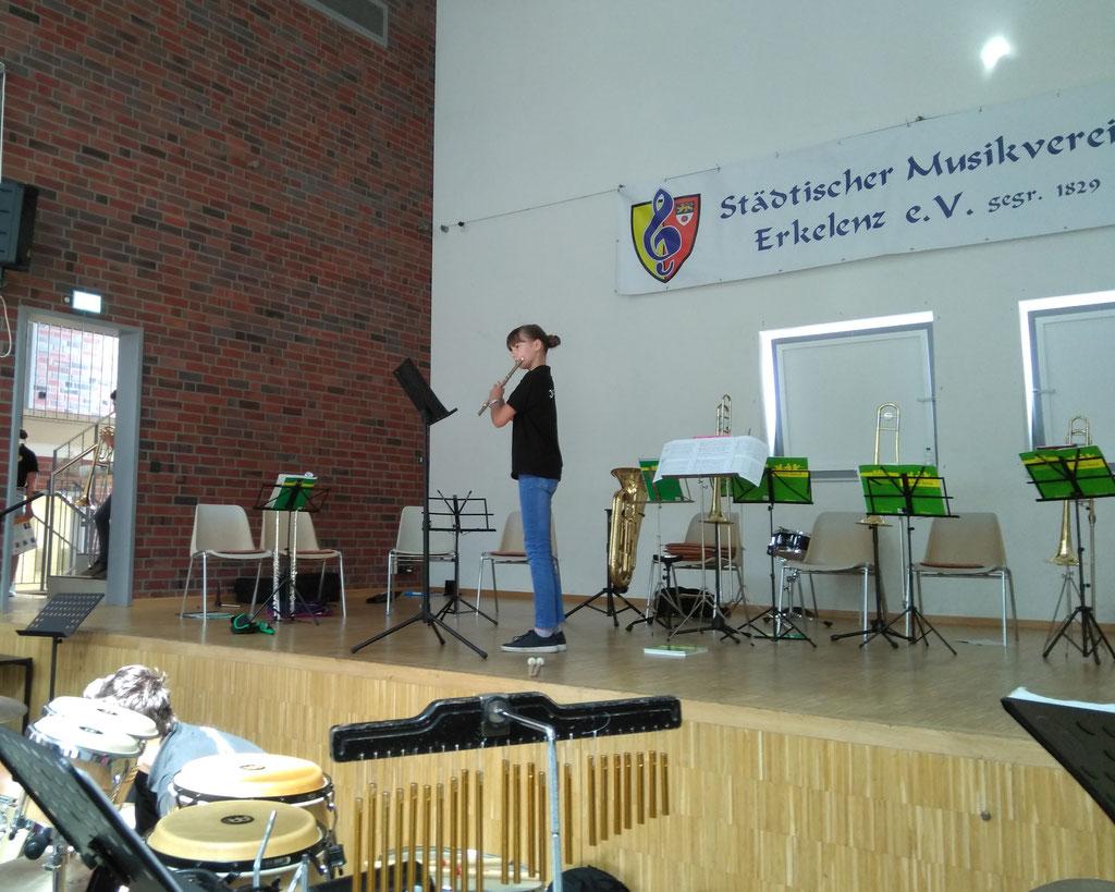 """Städtischer Musikverein Erkelenz - Anne Schröder, Querflöte beim """"Best of"""" der Klassenvorspiele 2019 (Foto: Thomas Lindt)"""