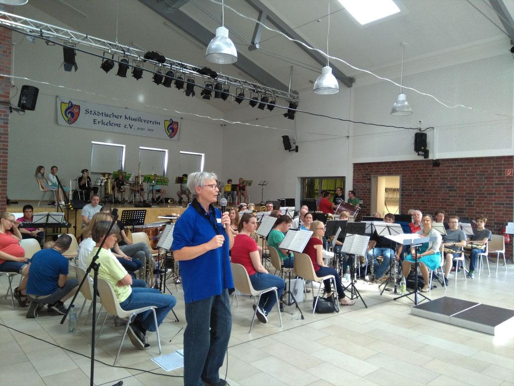 Städtischer Musikverein Erkelenz - Friedlinde Ullmann, Ausbildungsleiterin begrüßt das Publikum beim Familien- und Mitmachkonzert 2019 (Foto: Thomas Lindt)