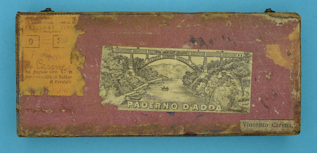 On the bottom of the case is an illustration of the Paderno d'Adda Bridge, built in 1889.