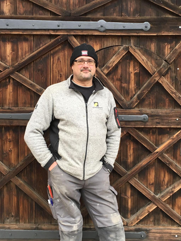 Patrick Girod, Zimmermann, vor dem Scheunentor.