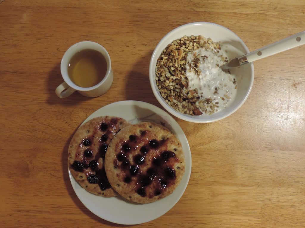 Yoghurt met (suikervrije) muesli en Noorse broodjes met jam
