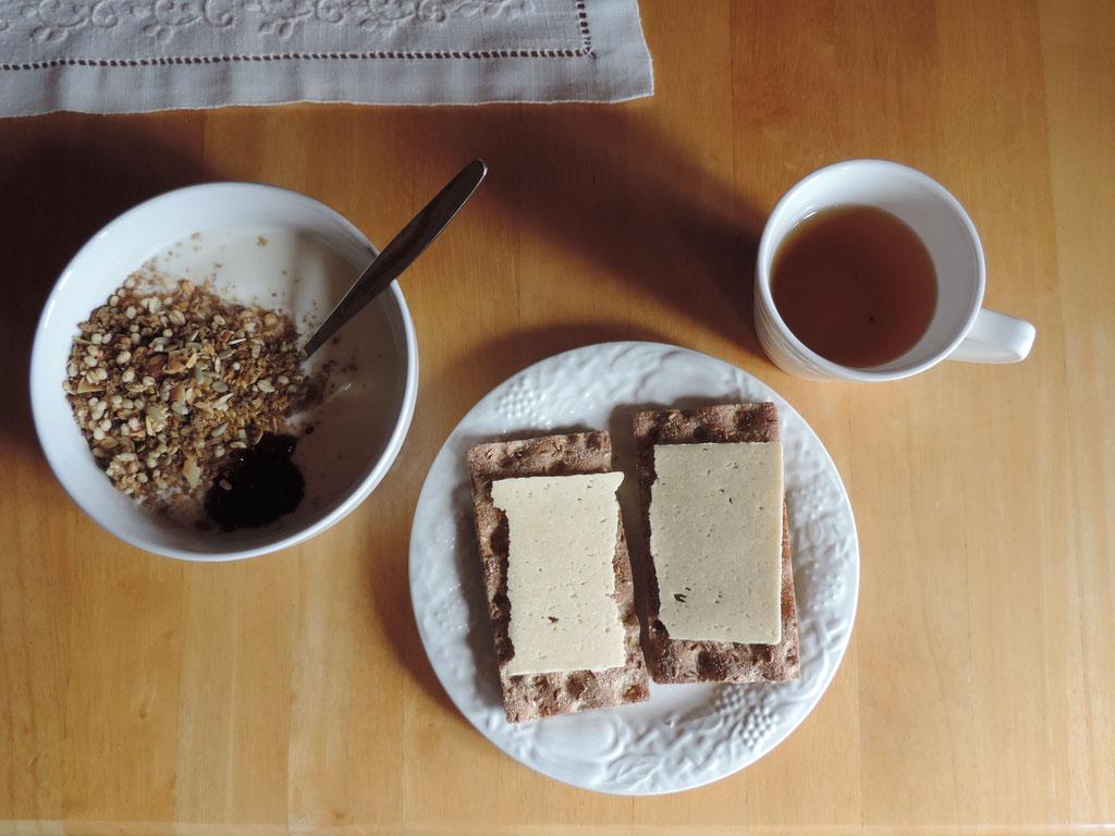 Yoghurt met (suikervrije) muesli en crackers met koksbrood