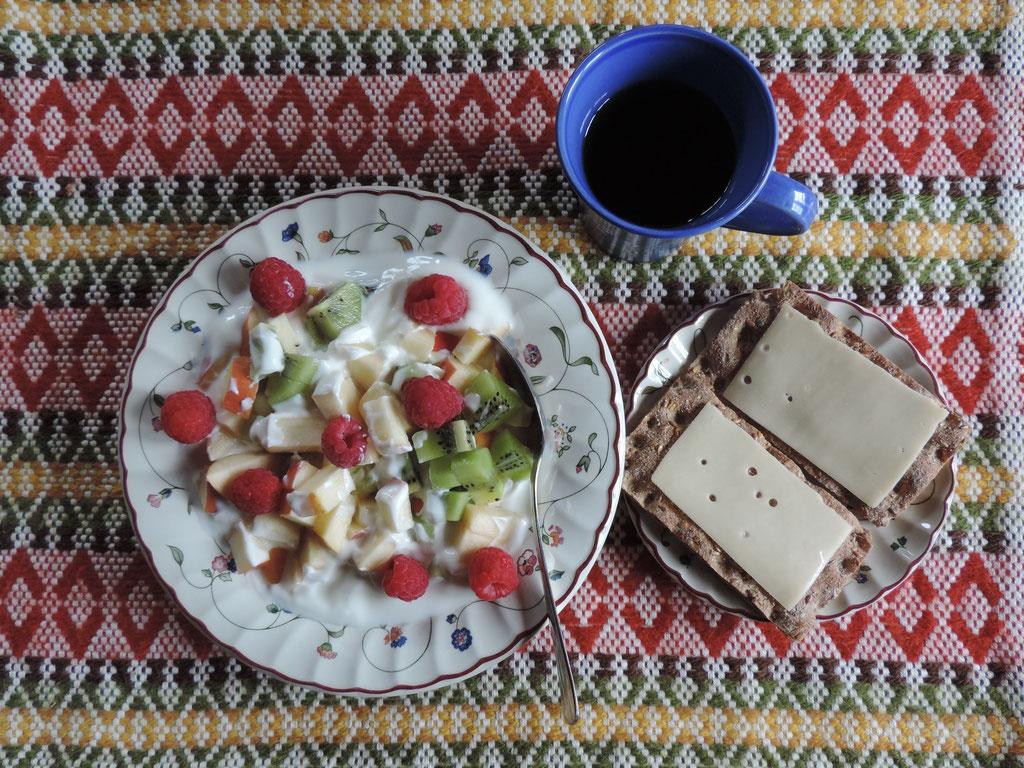 Yoghurt met appel, kiwi en frambozen en crackers met kaas