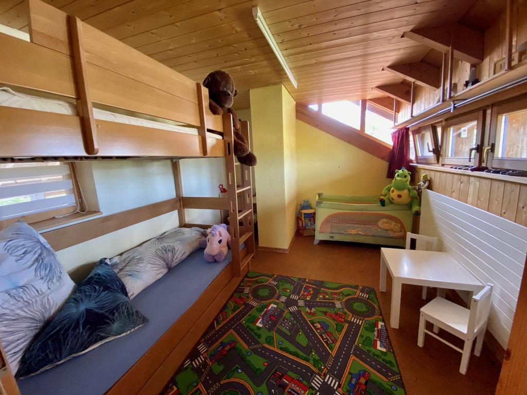 Kinderzimmer OG mit Etagenbett 2 x 90x200 / Baby-Reisebett