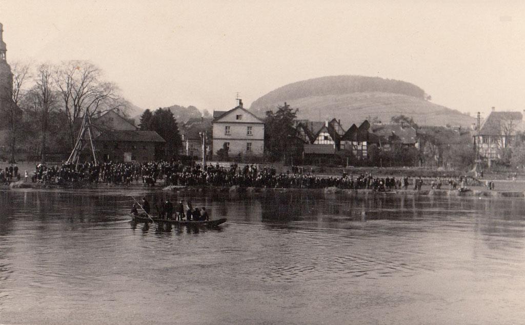 Nach dem Untergang der Fähre sind viele Beverunger an der Weser um zu sehen, was passiert ist.