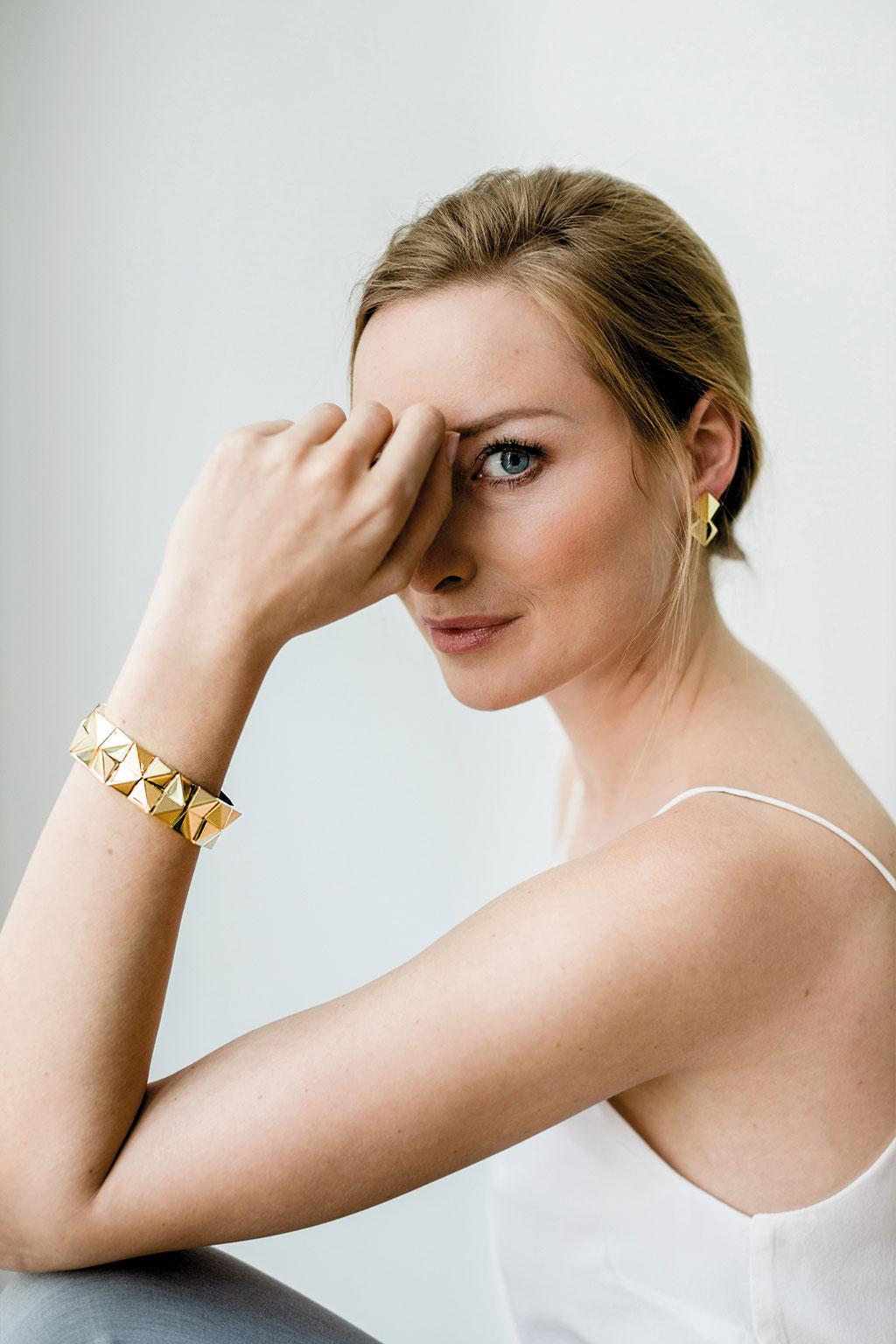 zweireihiges Armband 11.700 Euro, und zweiteiliger Ohrschmuck (Oberteile 690 Euro, Unterteile 690 Euro) Foto: Theresa Pewal