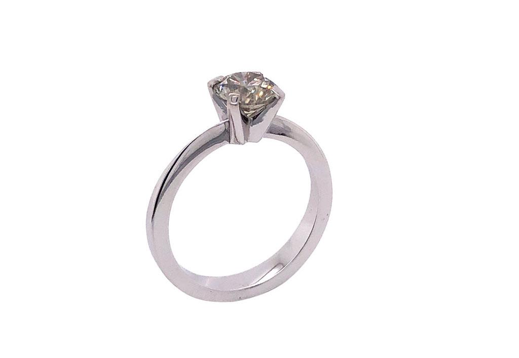 Diamantring, 18 karat Weißgold, 1,1 carat, grau, 2.700 Euro