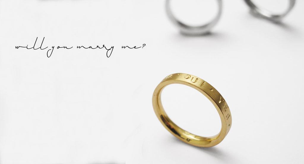 Individuelle Eheringe mit Einschlagbuchstaben, in 18 karat Gelbgold, das Paar ab  ca. 1.300 Euro