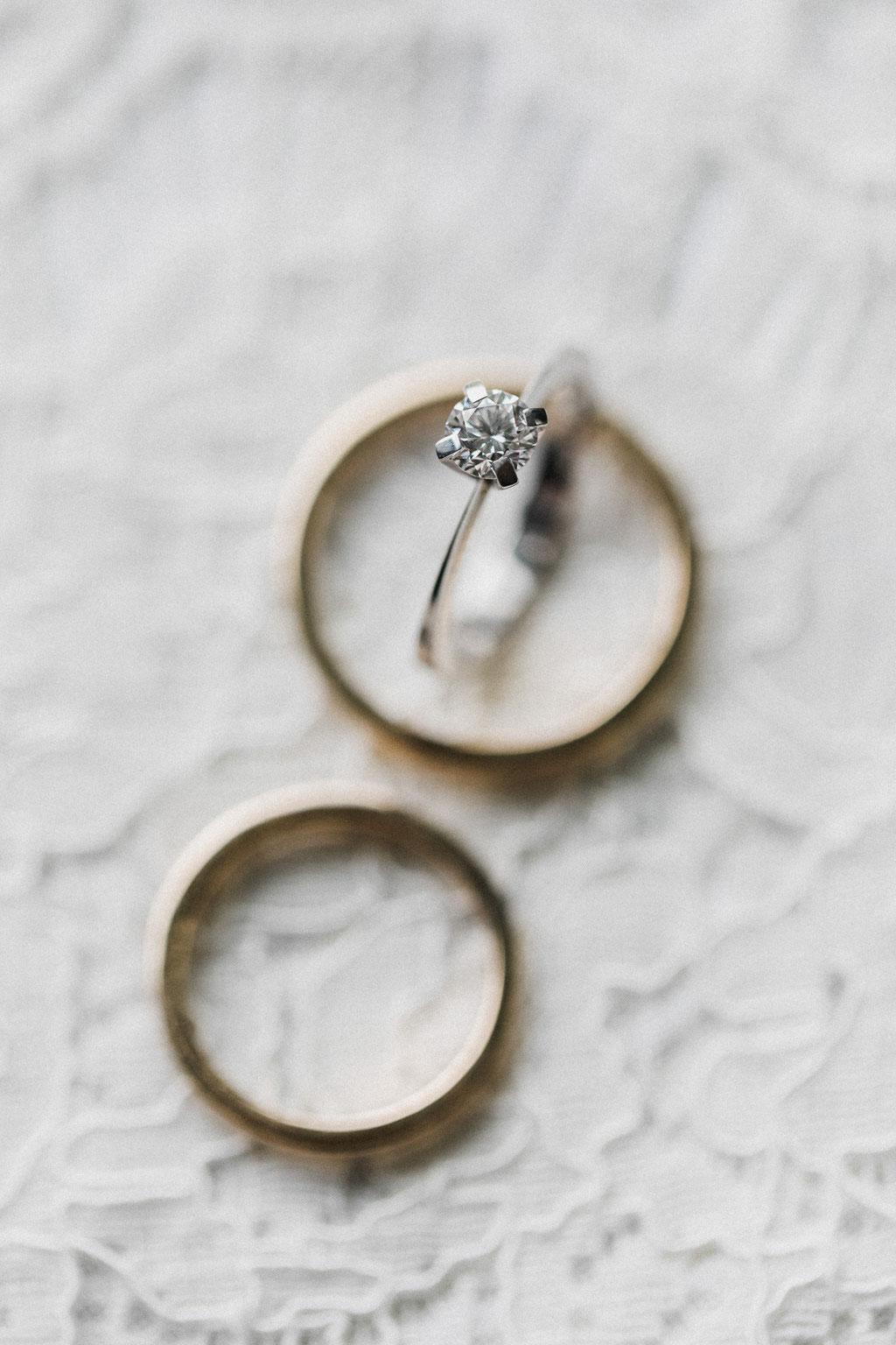 Eheringe und Verlobungsring, Foto von IvoryRosePhotography