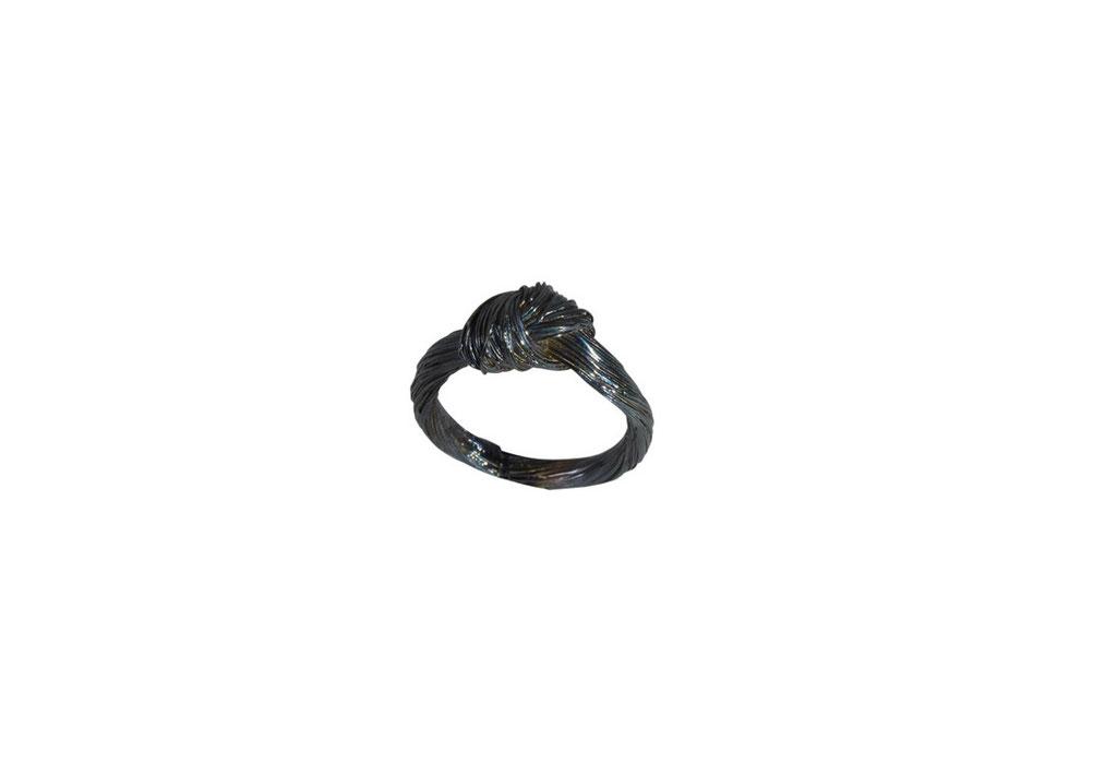 Ring mit Pferdehaarstruktur aus geschwärztem 925 Sterlingsilber, ab 120 Euro