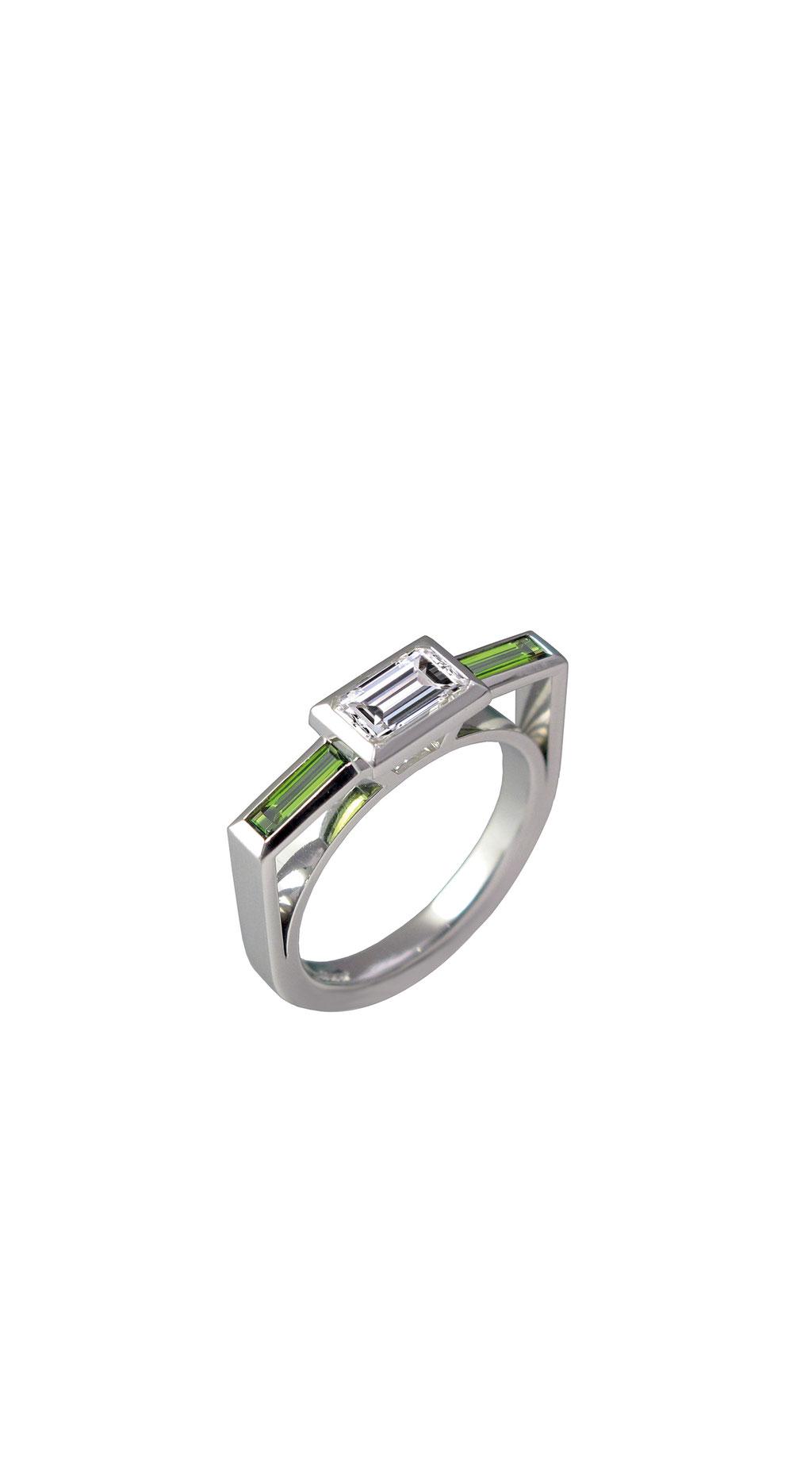 Diamantring, 1,03 carat Diamant im Emeraldschliff J/si, Turmalinbaguette 0,45 carat, 5.890 Euro