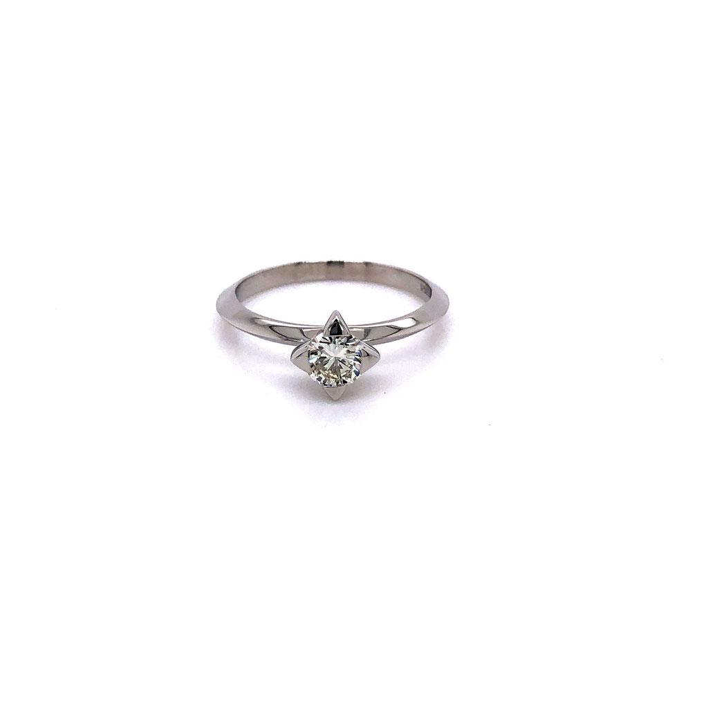 Diamantring, mit 0,43 carat Diamant, 950 Platin, 2.160 Euro