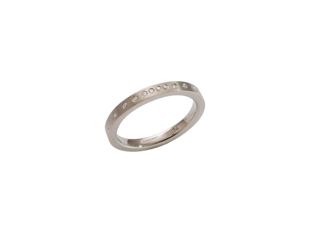 Ehering mit Diamanten aus 18 karat Weißgold, ca. 980 Euro