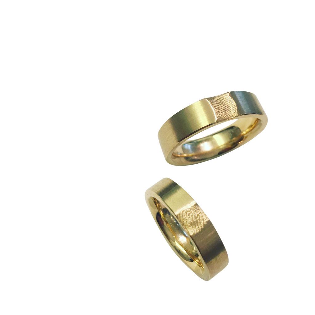 Individuelle Eheringe mit Fingerabdruck, in 18 karat Gelbgold, das Paar ab ca. 2.500 Euro