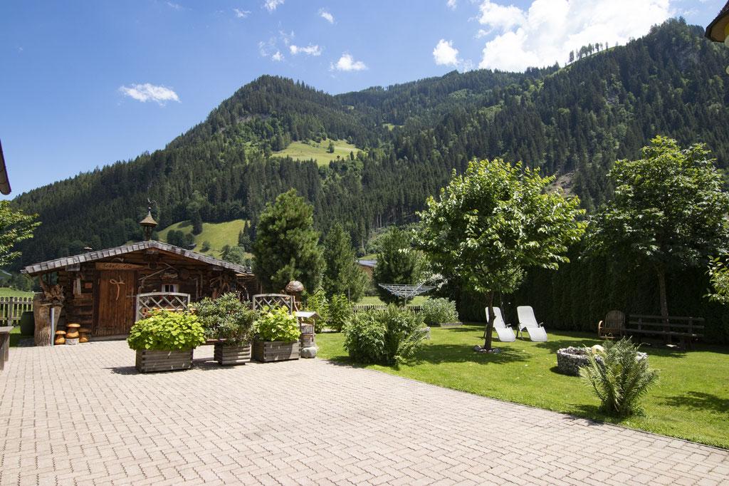 Gartenhütte und Liegewiese