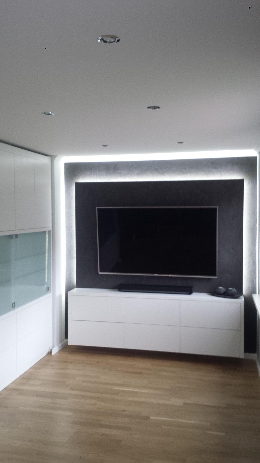 Der LCD TV wurde von einer Fachtischlerei aus Hofgeismar auf eine Platte gesetzt, welche aus der Wand hervor kragt um der Wand durch LEDs den speziellen Touch zu geben.