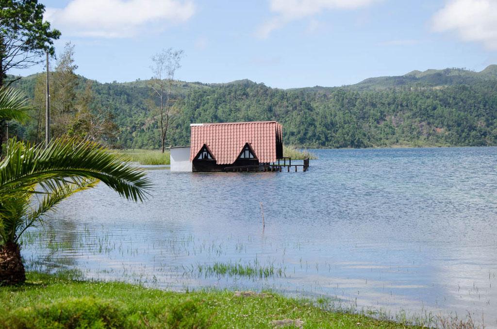 Der See hat in der Regenzeit oft Hochwasser