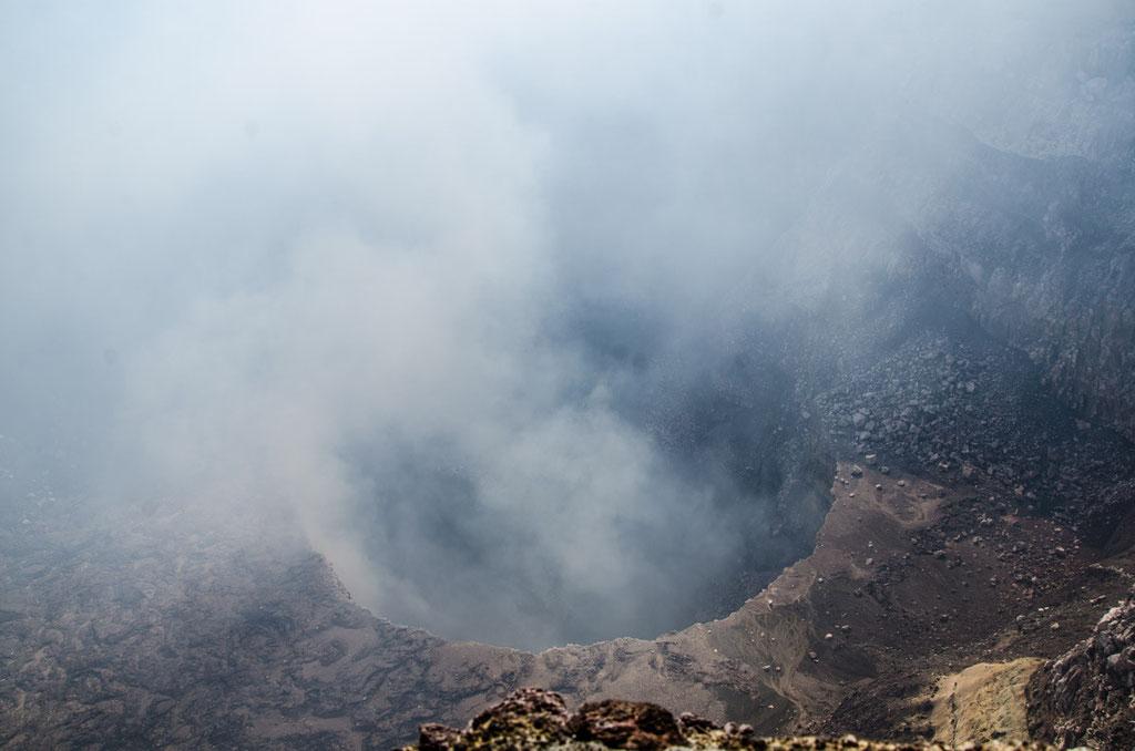 Blick in den stinkenden Krater maximal 5 Min. darf man sich aufhalten!
