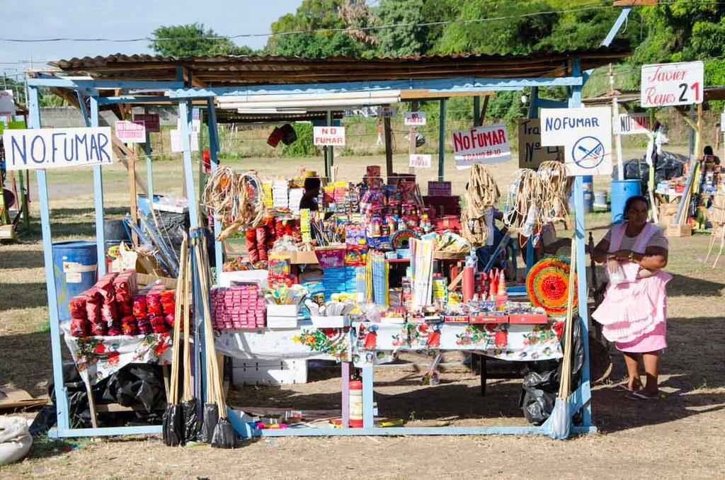Große Wiese mit Feuerwerks-Verkaufsständen