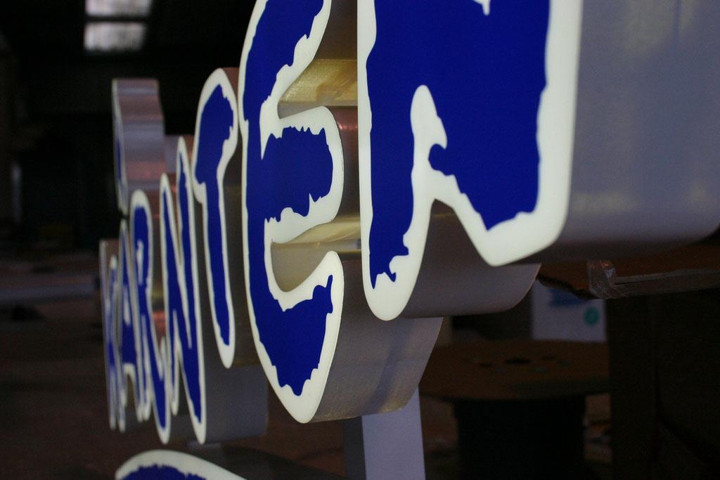 Vollacrylbuchstaben mit doppelter Bautiefe