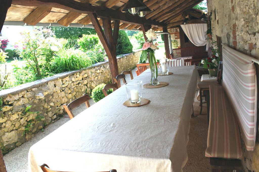 terrasse sous abrit des tilleus gîte crozefond