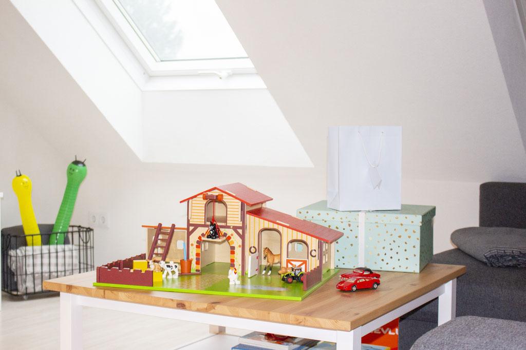 Holz-Bauernhof vom Lagerhaus (Marke:?), Geschenkesackerl und Box: Tedi (drinnen waren ein Buch und eine Dino-Kuscheldecke (Ernstings Family)), Autos: noch von Finns Papa