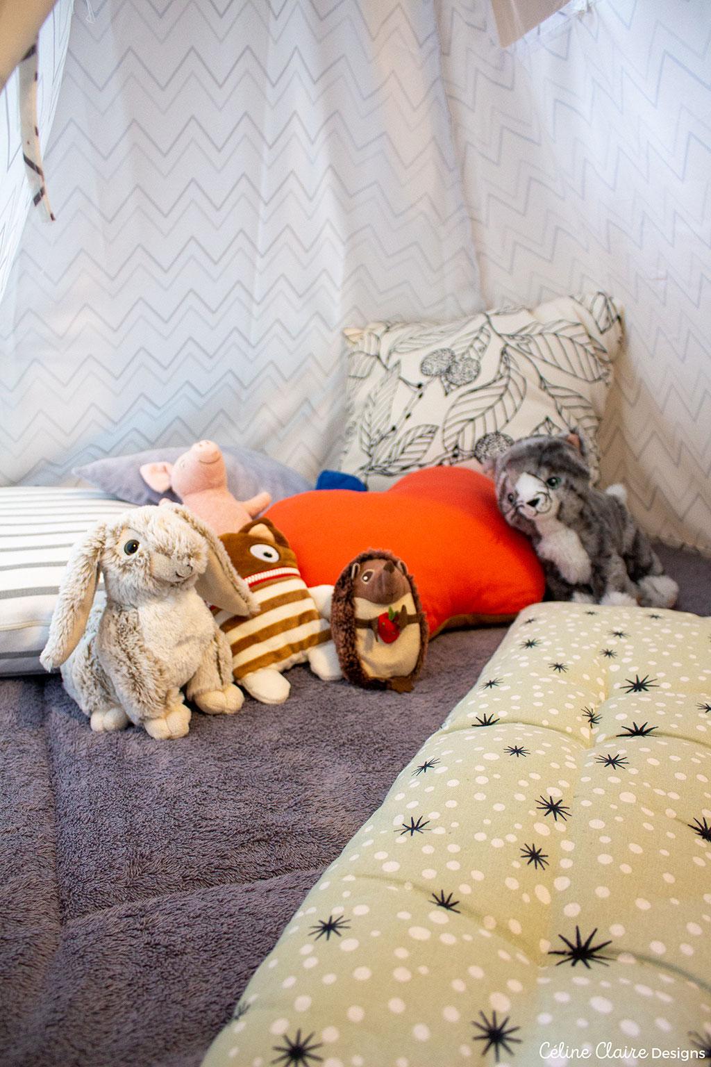 Spielematte: Hutch&Putch; Bodenmatratze: Depot; Polster (Streifen und Blätter) Hase, Igel, Katze und Schwein: Ikea; Sorgenfresser: Geschenk; Sternpolster: Ernsting's Family; Apfel: H&M