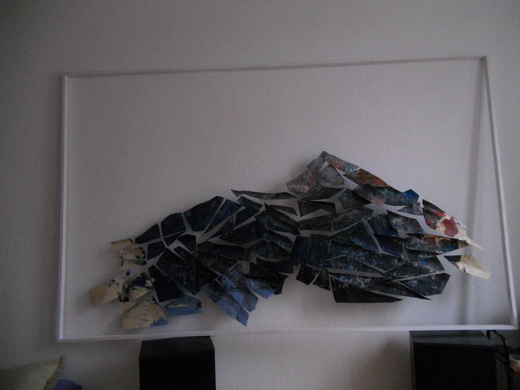 Papier Seite B, ausgeschnitten, an Fäden montiert