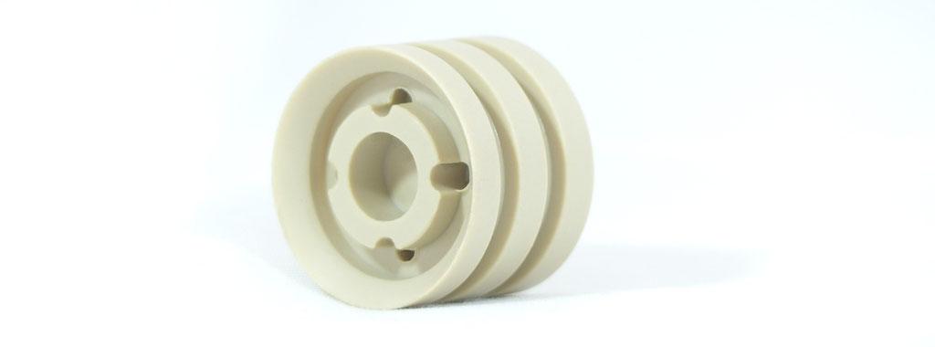 Bauteil hergestellt per CNC Drehen / CNC Fräsen aus PEEK (Komplettbearbeitung in einer Aufspannung)
