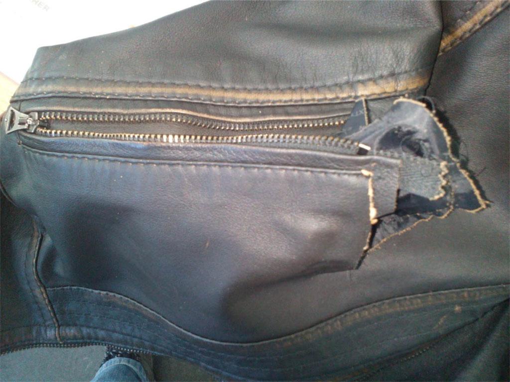 Gerissene Jackentasche vor Reparatur