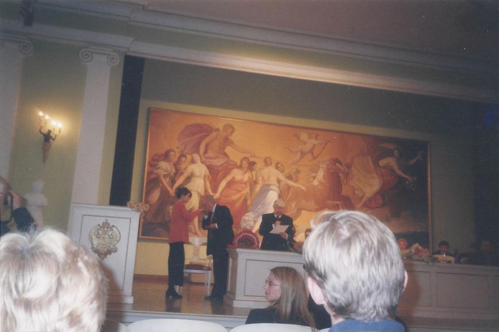 Вручение студенческого билета А. Бурденковой от И.С. Глазунова. 1999